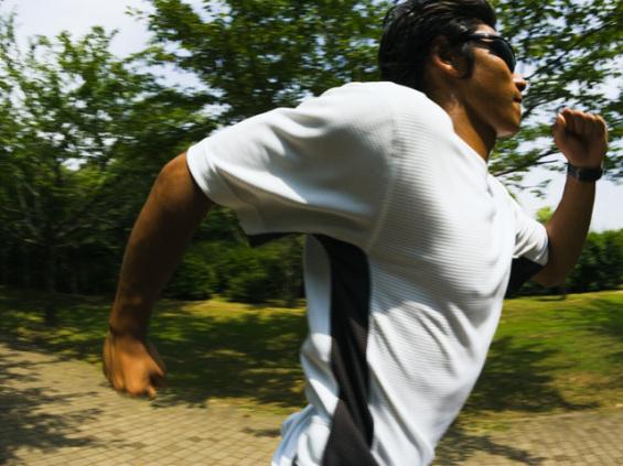 ジョッギングする青年